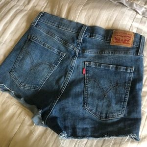 NWOT Levi's Medium Wash Destressed Jean Shorts
